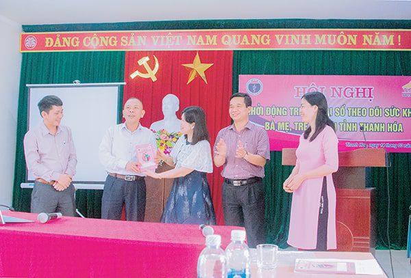 Vimos trao Sổ TDSKBMTE cho Trung tâm SKSS  tặng 10.000 trẻ em tỉnh Thanh Hóa tháng 3 năm 2019