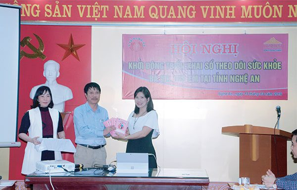 Vimos trao Sổ TDSKBMTE cho Trung tâm SKSS  tặng 10.000 trẻ em tỉnh Nghệ An tháng 3 năm 2019