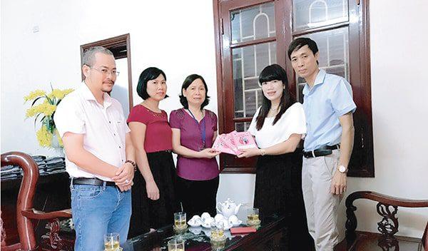 Vimos trao Sổ TDSKBMTE cho Trung tâm CSSKSS  tặng 10.000 trẻ em tỉnh Ninh Bình năm 2017