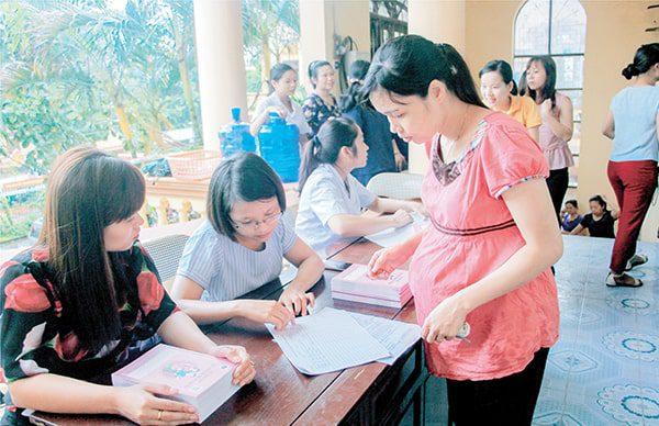 Vimos cấp phát Sổ TDSKBMTE cho các bà mẹ tại Ninh Bình năm 2017