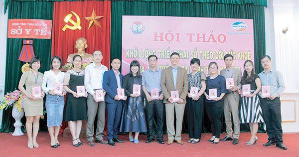 Vimos trao Sổ TDSKBMTE cho Trung tâm kiểm soát bệnh tật  tặng 10.000 trẻ em tỉnh Thái Nguyên năm 2018