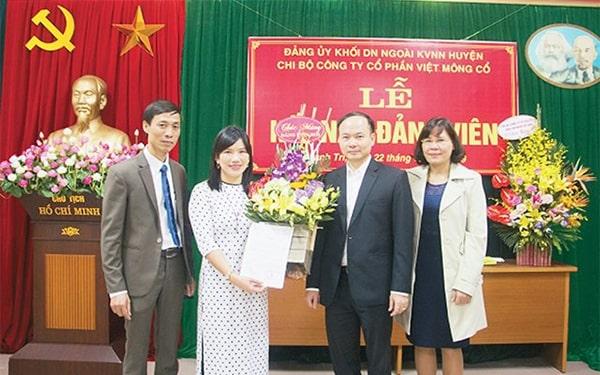 Ðại diện Thành ủy Hà Nội chúc mừng đảng viên mới Nguyễn Thị Thanh Hòa, Tổng Giám đốc Công ty cổ phần Việt Mông Cổ, tại lễ kết nạp