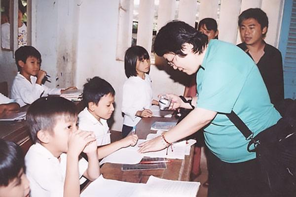 Bà Akemi Bando với trẻ em khuyết tật huyện Giồng Trôm – tỉnh Bến Tre