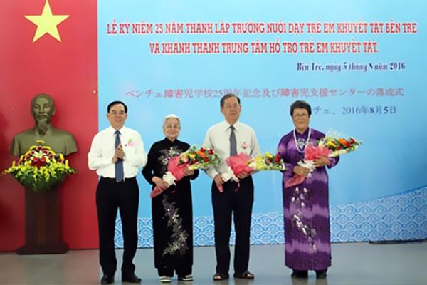 Phó Bí thư Tỉnh ủy Bến Tre Trần Ngọc Tam tặng hoa các cá nhân có công sáng lập Trường Nuôi dạy trẻ em khuyết tật của tỉnh