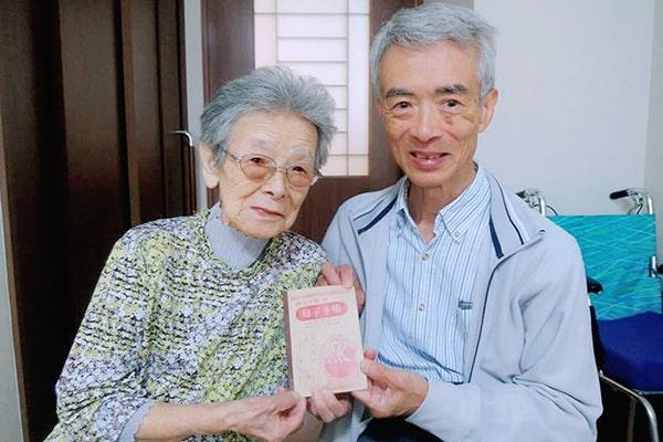 Sổ theo dõi Sức khỏe bà mẹ và trẻ em đã có mặt tại Nhật Bản hơn 70 năm (Người đàn ông trong ảnh là bạn của bà Bando)