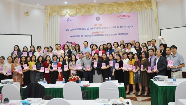 PGS.TS.Nguyễn Trường Sơn, Thứ trưởng Bộ Y tế và các đại biểu chụp ảnh kỷ niệm tại Hội thảo