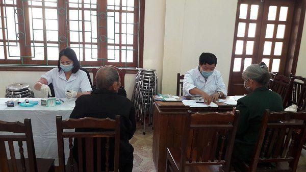Cán bộ y tế đo huyết áp, test tiểu đường cho người dân ở xã Bình Thành - huyện Định Hóa- tỉnh Thái Nguyên