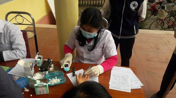 Cán bộ y tế đo huyết áp, test tiểu đường cho người dân ở xã Phượng Tiến - huyện Định Hóa- tỉnh Thái Nguyên
